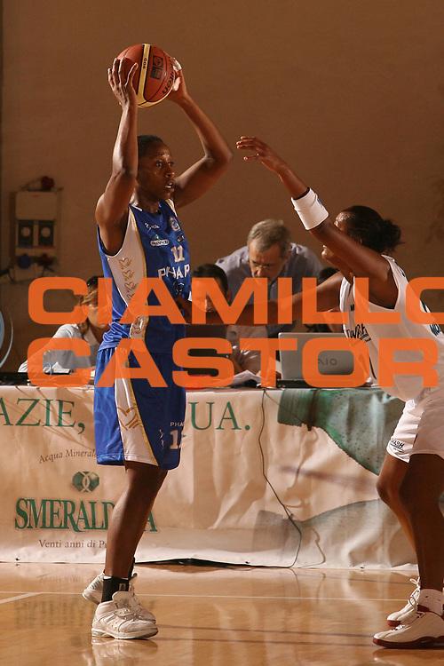ESCRIZIONE : Cagliari Lega A1 Femminile 2006-07 Prima Giornata New Wash Montigarda Phard Napoli <br /> GIOCATORE : Antibe Nicole <br /> SQUADRA : Phard Napoli <br /> EVENTO : Campionato Lega A1 2006-2007 Prima Giornata <br /> GARA : New Wash Montigarda Phard Napoli <br /> DATA : 07/10/2006 <br /> CATEGORIA : Passaggio <br /> SPORT : Pallacanestro <br /> AUTORE : Agenzia Ciamillo-Castoria/S.D'Errico