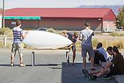 Het team van Aerovelo poetst de Eta op om zo min mogelijk luchtweerstand te hebben. In Battle Mountain (Nevada) wordt ieder jaar de World Human Powered Speed Challenge gehouden. Tijdens deze wedstrijd wordt geprobeerd zo hard mogelijk te fietsen op pure menskracht. Het huidige record staat sinds 2015 op naam van de Canadees Todd Reichert die 139,45 km/h reed. De deelnemers bestaan zowel uit teams van universiteiten als uit hobbyisten. Met de gestroomlijnde fietsen willen ze laten zien wat mogelijk is met menskracht. De speciale ligfietsen kunnen gezien worden als de Formule 1 van het fietsen. De kennis die wordt opgedaan wordt ook gebruikt om duurzaam vervoer verder te ontwikkelen.<br /> <br /> In Battle Mountain (Nevada) each year the World Human Powered Speed Challenge is held. During this race they try to ride on pure manpower as hard as possible. Since 2015 the Canadian Todd Reichert is record holder with a speed of 136,45 km/h. The participants consist of both teams from universities and from hobbyists. With the sleek bikes they want to show what is possible with human power. The special recumbent bicycles can be seen as the Formula 1 of the bicycle. The knowledge gained is also used to develop sustainable transport.