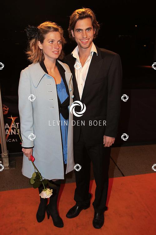 KATWIJK - Manuel Broekman met vriendin zaterdag op de oranje loper van de galapremiere van Soldaat van Oranje - de Musical in de Theater Hangaar op de oude vliegbasis Valkenburg bij Katwijk. FOTO LEVIN DEN BOER - PERSFOTO.NU