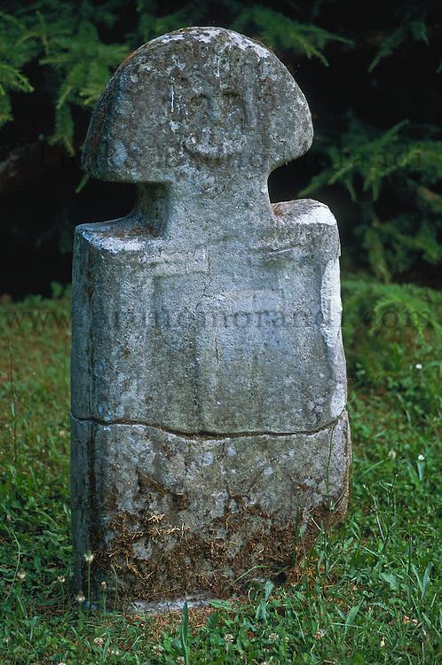 Italie, Toscane, Garfagnana, sculpture neolitic // Neolithic stone in field, Garfagnana, Tuscany, Italy