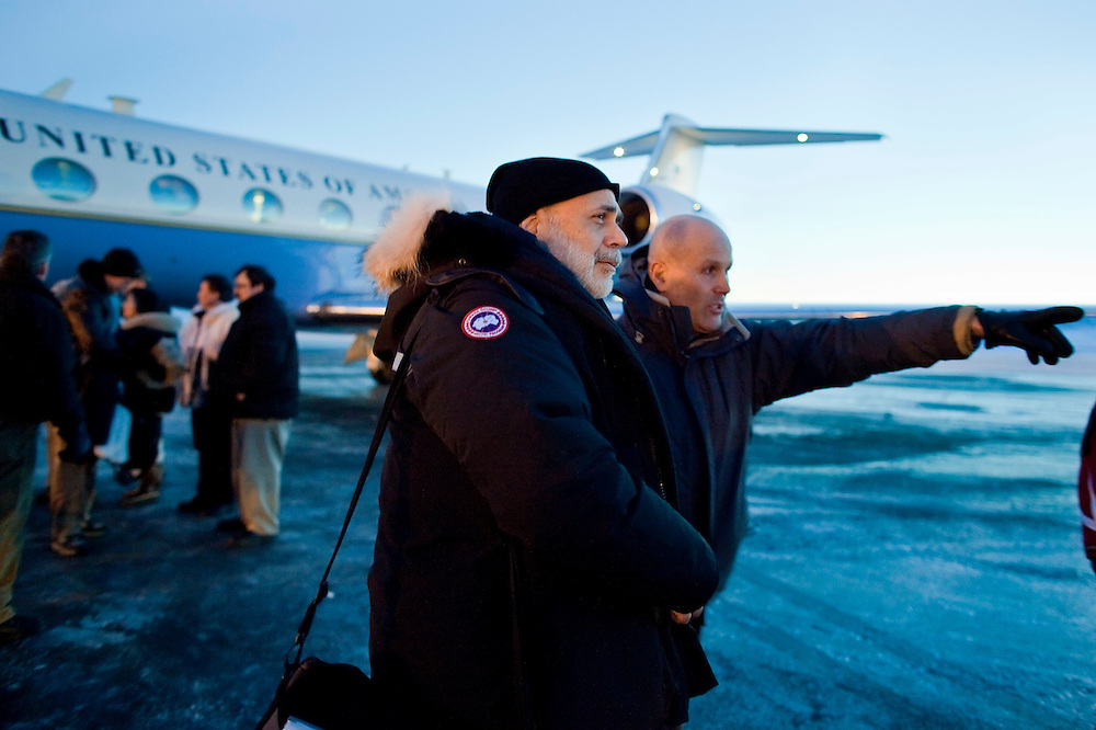 Ben Bernanke, Chairman of the Federal Reserve is directed to his motorcade after arriving in Iqaluit, Canada for the G7  Finance Ministers Meeting, February 5, 2010.<br /> AFP/GEOFF ROBINS/STR