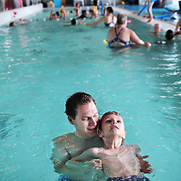 Nederland, Amsterdam, 11 juli 2015.<br /> Steeds meer kinderen krijgen een turbocursus zwemmen. Swimbee in Amsterdam traint momenteel een groep kinderen die dertien aaneengesloten dagen les krijgen<br /> Op de foto: zweminstructeur Mike de Bruijn met Max in het zwembad van het Ronald Mc Donald Centre,<br /> <br /> <br /> Foto: Jean-Pierre Jans
