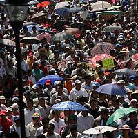 Oaxaca, Oax.- Miles de maestros Oaxaqueños, llegan a la ciudad de Oaxaca donde dieron inicio a un planton por tiempo indefinido para exigir al gobierno del estado se entreguen mas de mil millones de pesos por concepto de rezonificacion, mientras tanto mas de un millon de alumnos a partir de hoy se quedaron sin clases. Agencia MVT / Eder Lopez. (DIGITAL)<br /> <br /> NO ARCHIVAR - NO ARCHIVE