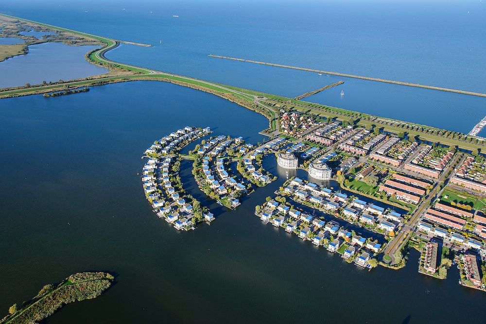 Nederland, Flevoland, Lelystad, 24-10-2013; eengezinswoningen en stadsvilla's in Lelystad-Haven, aan 't Bovenwater. Begin van de Oostvaardersplassen, Markermeer.<br /> Family houses and town villas in Lelystad-Haven.<br /> luchtfoto (toeslag op standaard tarieven);<br /> aerial photo (additional fee required);<br /> copyright foto/photo Siebe Swart.