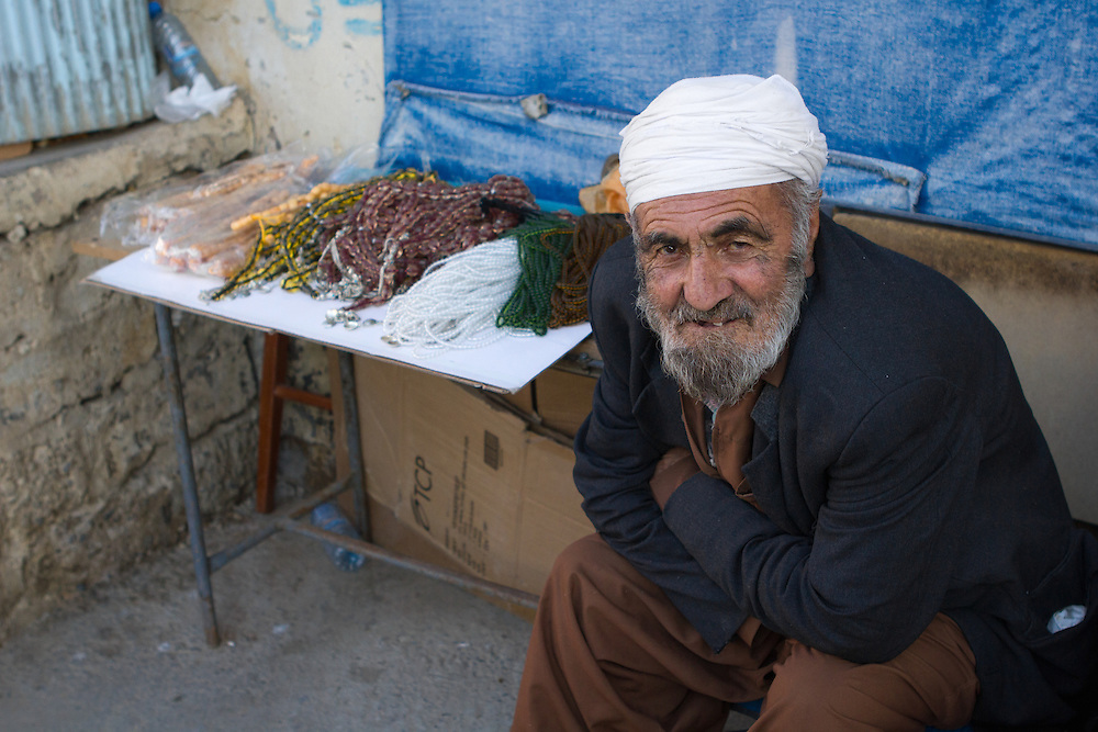 Old Kurdish muslim man selling prayer chains on the streets of Duhok (Iraq, 2012).