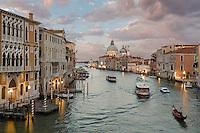 Blick vom Ponte dell'Accademia auf den Canal Grande und die Basilica di Santa Maria am Abend