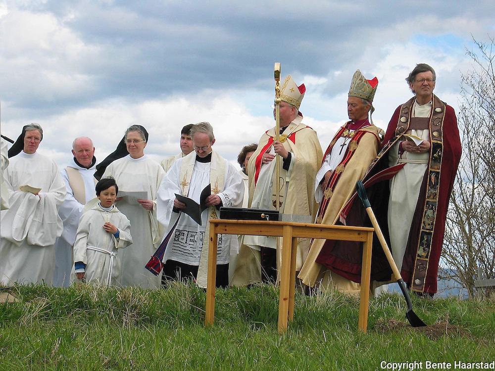 Tautra Mariakloster. Georg Müller, daværende katolsk biskop i Trondheim, og biskop Finn Wagle i Nidaros, var blant biskopene som deltok.