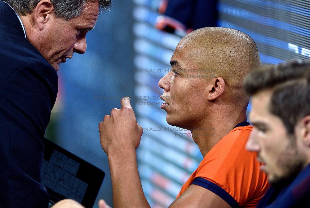 09-10-2015 BUL: Volleyball European Championship Tsjechie - Nederland, Sofia<br /> Nederland wint de belangrijke openingswedstrijd tegen Tsjechie met 3-1 / Nimir Abdelaziz #1 praat met Coach Gido Vermeulen na afloop van de wedstrijd.