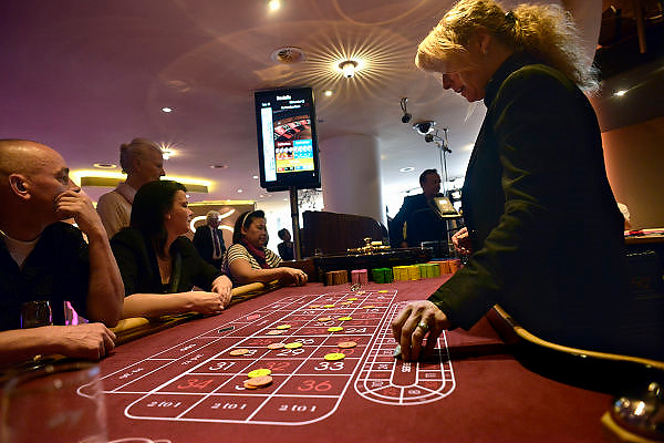 Nederland, Nijmegen, 2-6-2014Burgemeester Hubert Bruls opent de vernieuwde Holland Casino vestiging aan de Waalkade in Nijmegen. Hij brengt bij roulette het balletje in het spel. Bezoekers spelen hun spelletje in het nieuwe interieur. Bij hoge uitzondering mocht in het Casino gefotografeerd worden tijdens de openingsuren. De bezoekers zijn erop gewezen dat vanwege de feestelijke heropening er door de pers gefotografeerd kon worden.Foto: Flip Franssen/Hollandse Hoogte