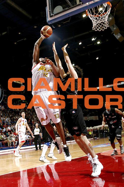 DESCRIZIONE : Bologna Lega A1 2006-07 VidiVici Virtus Bologna Montepaschi Siena <br />GIOCATORE : Watson<br />SQUADRA : Armani Jeans Milano<br />EVENTO : Campionato Lega A1 2006-2007 <br />GARA : VidiVici Virtus Bologna Montepaschi Siena <br />DATA : 01/04/2007 <br />CATEGORIA : Tiro<br />SPORT : Pallacanestro <br />AUTORE : Agenzia Ciamillo-Castoria/C.Scaccin