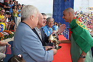 Footbal-FIFA Beach Soccer World Cup 2006 - Final- BRA xURU -Madja receives the chuteira from gold of the president of the CBF Ricardo Teixeira -Rio de Janeiro- Brazil - 12/11/2006.<br />Mandatory Credit: FIFA/Ricardo Ayres