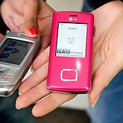 Nederland Rotterdam 3 december 2007 .Jongeren tonen mobieltjes.Foto David Rozing