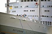 Nederland, Rotterdam, 2-10-2011S.S. Rotterdam, passagiersschip van de Holland Amerika Lijn uit 1959 aangemeerd aan het Derde Katendrechtse hoofd in de Maashaven, Rotterdamse haven. Een groep bezoekers krijgt uitleg tijdens een rondleiding. Foto: Flip Franssen/Hollandse Hoogte