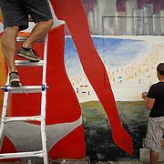 NOVIEMBRE 15, 2015---MIAMI, FLORIDA<br /> Rigo Le&oacute;n, izquierda, con la ayuda de Julio Cesar Hernandez, pintan un mural titulado &quot;The Girl from Ipanema&quot; en un edificio de apartamentos de alquiler en el popular vecindario Wynwood en Miami.