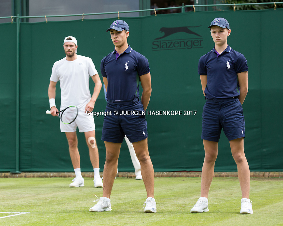 Wimbledon Feature, zwei Balljungen stehen auf dem Platz, im Hintergrund wartet DANIEL BRANDS (GER)<br /> <br /> Tennis - Wimbledon 2017 - Grand Slam ITF / ATP / WTA -  AELTC - London -  - Great Britain  - 4 July 2017.