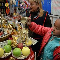 """Toluca, México.- Como es tradición en vísperas de Año Nuevo, """"Toñita"""" comienza a preparar los amuletos y rituales para atraer el amor, la fortuna, dinero, trabajo, salud, este año uno la figura de la cabra como lo marca el calendario Chino, es una de las ofrecidas, aunque también están los tradicionales borreguitos y elefantes, al igual que la preparación de carteras y ropa interior, esto en el mercado 16 de Septiembre de la ciudad de Toluca.  Agencia MVT / Crisanta Espinosa"""