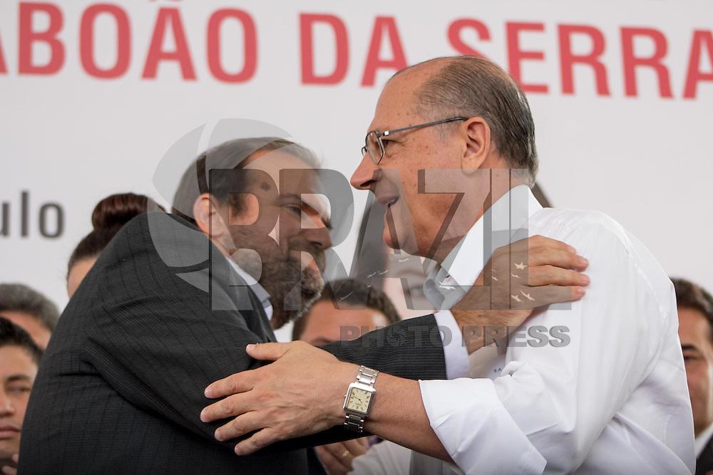 TABOAO DA SERRA, SP - 21.01.2015 - INAUGURA&Ccedil;&Atilde;O DETRAN E POUPA TEMPO - O Governador do Estado de S&atilde;o Paulo, Geraldo Alckmin, participa da inaugura&ccedil;&atilde;o do novo Poupatempo e de nova instal&ccedil;&atilde;o do Detran SP na cidade de Tabo&atilde;o da serra na manh&atilde; deseta quarta-feira (21), a autoridade estave acompanhado do diretor-presidente do Detran, Daniel Annenberg o Prefeito do munic&iacute;pio, Fernando Fernandes, Dep. Est. Alice Fernandes entre outras figuras p&uacute;blicas da regi&atilde;o. As novas intala&ccedil;&otilde;es est&atilde;o cediadas na Est. Kizaemona Takeuti, 2.425 no Pq. S&atilde;o Joaquim regi&atilde;o proxima a divisa com a capital paulista.<br /> <br /> <br /> (Foto: Fabricio Bomjardim / Brazil Photo Press)