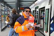Mannheim. 01.03.17 | BILD- ID 081 |<br /> Innenstadt. Plankenumbau. Auswirkungen auf den Stra&szlig;enbahnverkehr. Am Hauptbahnhof informieren rnv Mitarbeiter &uuml;ber die Plan&auml;nderungen und Streckenverbindungen.<br /> - rnv Mitarbeiter G&uuml;nter Daum<br /> Bild: Markus Prosswitz 01MAR17 / masterpress (Bild ist honorarpflichtig - No Model Release!)