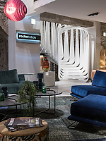 Интерьер шоурума Roche Bobois в Анси, Франция.
