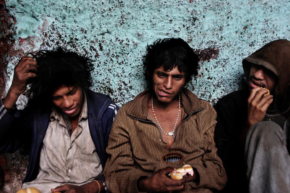 Lima Perù, diciembre 2006 chicos que se despiertan despues al droga en la calle de la ciudad.