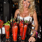 NLD/Amsterdam/20140522 - Lancering Aspire soft drink, Sophia de Boer met een aspirecocktail