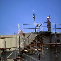 Obrero sobre tanque de almacenamiento de petroleo, Refineria petrolera El Palito, Estado Carabobo, Venezuela