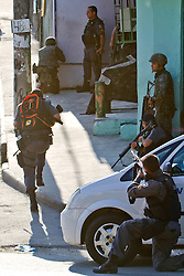 Soldados do Exército Brasileiro fazem gurada na entrada da favela Morro do Alemão, em 27 de novembro de 2010 no Rio de Janeiro, Brasil.. Centenas de soldados e policiais se juntaram para uma repressão sobre as gangues de drogas. No início desta semana, a polícia forçou os membros das gangues saírem da favela Vila Cruzeiro, com o auxílio de tanques M113 transportadores blindados de pessoal. FOTO: Jefferson Bernardes/Preview.com