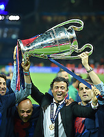 FUSSBALL  CHAMPIONS LEAGUE  FINALE  SAISON 2014/2015  06.06.2015 Juventus Turin - FC Barcelona JUBEL CHL Sieger 2015  FC Barcelona: Trainer Luis Enrique (Mitte) mit Pokal und Trainerteam