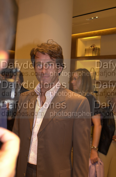 Tim Jeffries. Burberry Bond St. Launch party. 21-23 New Bond St. London. In Support of the Sargent Cancer Care for Children. 7/9/00 © Copyright Photograph by Dafydd Jones 66 Stockwell Park Rd. London SW9 0DA Tel 020 7733 0108 www.dafjones.com