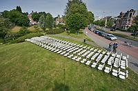 Den Haag, 8 juni 2018 - <br /> Nabestaanden van slachtoffers van de crash met vlucht MH17 houden een stil protest voor de ambassade van Rusland. De groep zette 298 lege stoelen neer voor de ambassade. Bij de crash kwamen alle 298 inzittenden om, onder wie 196 Nederlanders. <br /> Foto: Phil Nijhuis