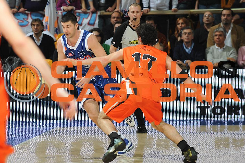 DESCRIZIONE : Bologna LNP Lega Nazionale Pallacanestro Serie A Dilettanti 2009-10 PentaGruppo Ozzano Amori Fortitudo Bologna<br /> GIOCATORE : Matteo Malaventura<br /> SQUADRA : Amori Fortitudo Bologna<br /> EVENTO : Lega Nazionale Pallacanestro 2009-2010 <br /> GARA : PentaGruppo Ozzano Amori Fortitudo Bologna<br /> DATA : 20/02/2010<br /> CATEGORIA : palleggio<br /> SPORT : Pallacanestro <br /> AUTORE : Agenzia Ciamillo-Castoria/M.Marchi<br /> Galleria : Lega Nazionale Pallacanestro 2009-2010 <br /> Fotonotizia : Bologna LNP Lega Nazionale Pallacanestro Serie A Dilettanti 2009-10 PentaGruppo Ozzano Amori Fortitudo Bologna<br /> Predefinita :