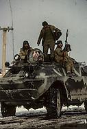 Less than 50 kilometers from the capital, on the Carikar Kabul route, tanks armed with antimissile missiles escort us.  Commander Farid'a Mujahiddins were side by side with the regular-army troops.  A cease-fire has been signed between the resistants and the government.  Carikar  Afghanistan  /  A moins de 50 kilomètres de la capitale,sur la route Carikar Kaboul des blindés armés d'anti missiles nous escortent. Les moudjahidines du comandant Farid côtoient les troupes régulières, Un cessez le feu a été signé entre les résistants et le gouvernement  Carikar  Afghanistan