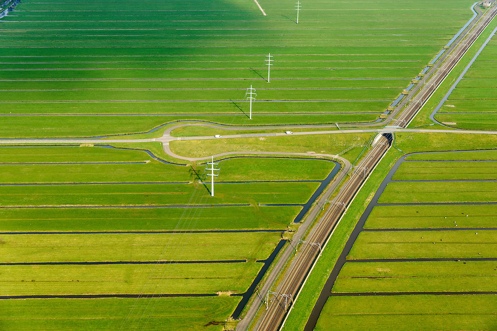 Nederland, Zuid-Holland, Hardinxveld-Giessendam, 01-04-2016; Polder Binnentiendwegs. De lokale weg, de Molenweg, kruist de Betuweroute.<br /> Betuweroute freight railway and local road, east of Rotterdam.<br /> luchtfoto (toeslag op standard tarieven);<br /> aerial photo (additional fee required);<br /> copyright foto/photo Siebe Swart