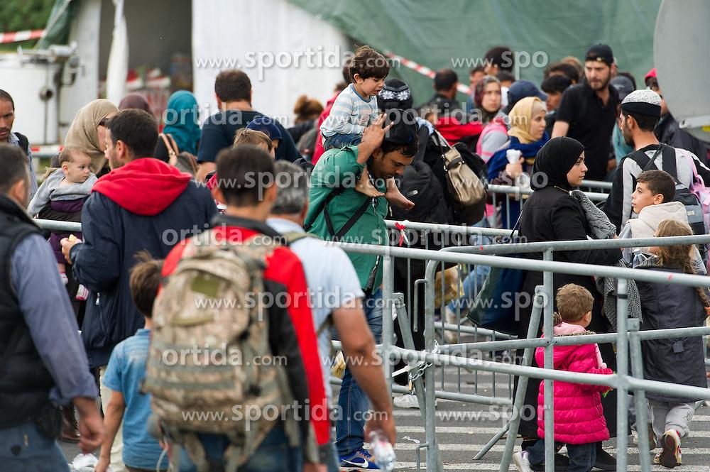 14.09.2015, Heiligenkreuz im Lafnitztal, Burgenland, AUT, Flüchtlinge überqueren die Grenze zwischen Ungarn und Österreich. im Bild Flüchtlinge werden kontrolliert in Busse gebracht, die nach Graz und Villach fahren // refugees crossing border between hungary and austria at Heiligenkreuz im Lafnitztal in Burgenland on 2015/09/14, EXPA Pictures © 2015, PhotoCredit: EXPA/ Michael Gruber