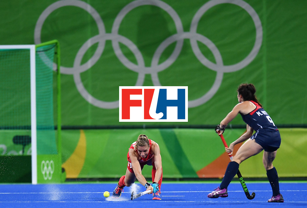 Britain's Kate Richardson-Walsh (L) and USA's Michelle Vittese vie during the women's field hockey Britain vs the USA match of the Rio 2016 Olympics Games at the Olympic Hockey Centre in Rio de Janeiro on August, 13 2016. / AFP / MANAN VATSYAYANA        (Photo credit should read MANAN VATSYAYANA/AFP/Getty Images)
