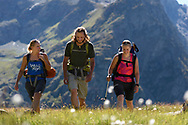 Ein Mann und zwei Frauen beim Wandern im Val Bercla nahe von Bivio an einem sch&ouml;nen Wochenende im August, Surses, Graub&uuml;nden, Schweiz<br /> <br /> Mountain hiking in the Val Bercla close to the village of Bivio on a sunny day in August, Surses, Grisons, Switzerland