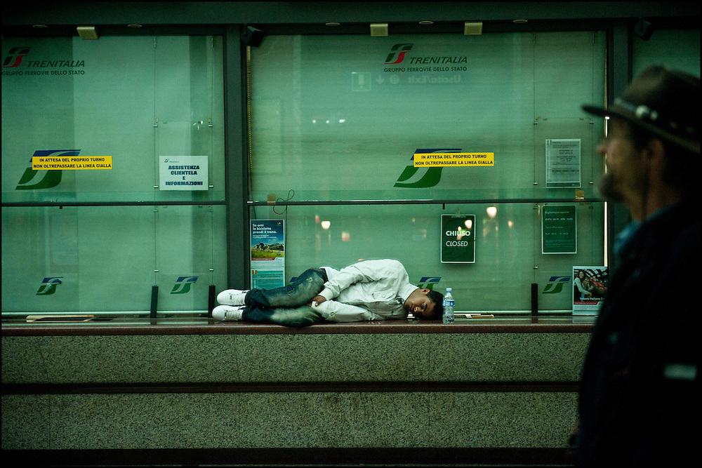 Un refugié Tunisien s'est endormi dans la gare de Vintimille le 22 Avril 2011 © Benjamin Girette/IP3 press