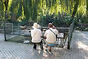 Duitsland, Kleve, 9-9-2008In de kleine dierentuin van Kleef zit een ouder echtpaar op zelf meegebrachte krukjes bij de plek van een waterdier. het is een dagje uit naar de zoo. In the small zoo of Cleves an older couple sit on stools at the site of an aquatic animal.Foto: Flip Franssen/Hollandse Hoogte