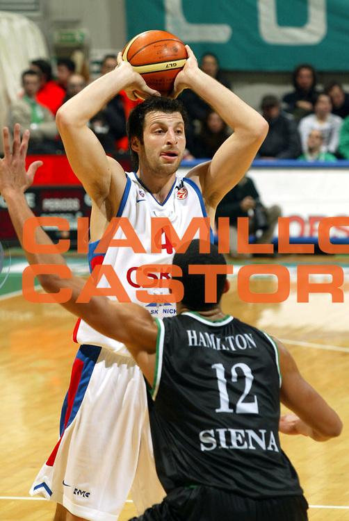 DESCRIZIONE : Siena Eurolega 2005-06 Montepaschi Siena Cska Mosca<br />GIOCATORE : Papaloukas<br />SQUADRA : Cska Mosca<br />EVENTO : Eurolega 2005-06<br />GARA : Montepaschi Siena Cska Mosca<br />DATA : 21/12/2005<br />CATEGORIA : Passaggio<br />SPORT : Pallacanestro<br />AUTORE : Agenzia Ciamillo-Castoria/G.Ciamillo