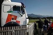 Truck stop, Lastwagen im Feld, LKW, camion dans le pré, 42 t. 48 t, parking, verdure, pré, Ruhezeit, nature, Wiese, Zuschauer, Menschen, Familie