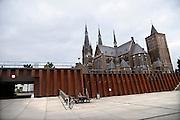Nederland, Cuijk, 9-10-2013Dorpsbeeld van dit stadje, dorp in Noord Limburg. Het kwam in het nieuws vanwege de zedendelinquent Frank R., die 300 meisjes via internet, waarvan sommigen fysiek, seksueel misbruikte. Er is veel mediaaandacht, ook uit belgie, vlaanderen. Langs de Maas met de karakteristieke katholieke kerk met twee torens en de onderdoorgang naar het centrum.Foto: Flip Franssen/Hollandse Hoogte