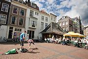 Een jongen speelt rockmuziek op zijn gitaar op de Vismarkt in Utrecht