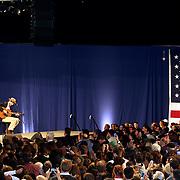 Parte del publico de una multitud de cerca de 10,000 personas observa al aclamado cantante James Taylor mientras actua en el Hynes Convention Center, en Boston, durante la visita del Presidente Barack Obama a Mass. en apoyo al Gov.Deval Patrick en su campaña por reeleción.