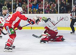 17.03.2019, Stadthalle, Klagenfurt, AUT, EBEL, EC KAC vs HCB Suedtirol Alperia, Viertelfinale, 3. Spiel, im Bild Matt MACKENZIE (HCB Suedtirol Alperia, #5), Thomas KOCH (EC KAC, #18), Jacob SMITH (HCB Suedtirol Alperia, #1) // during the Erste Bank Icehockey 3rd quarterfinal match between EC KAC and HCB Suedtirol Alperia at the Stadthalle in Klagenfurt, Austria on 2019/03/17. EXPA Pictures © 2019, PhotoCredit: EXPA/ Gert Steinthaler