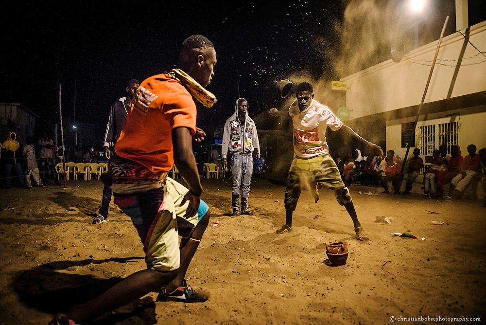Meherere Ringer bereiten sich mit mystischen Ritualen  auf einen nächtlichen Ringkampf im Viertel Ngor in Dakar vor. Viele Kämpfe werden Abends oder nachts durchgeführt, weil es am Tag zu heiss ist.