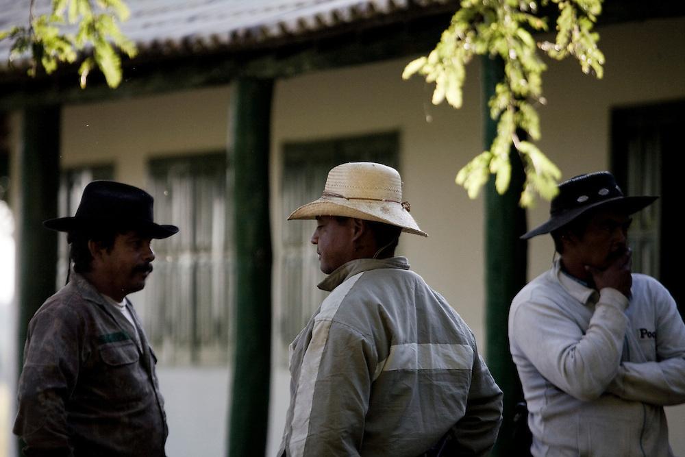 Aquidauana_MS, Brasil...Vaqueiros da Fazenda Rio Negro no Pantanal...The cowboys in the Rio Negro farm in Pantanal...Foto: JOAO MARCOS ROSA / NITRO