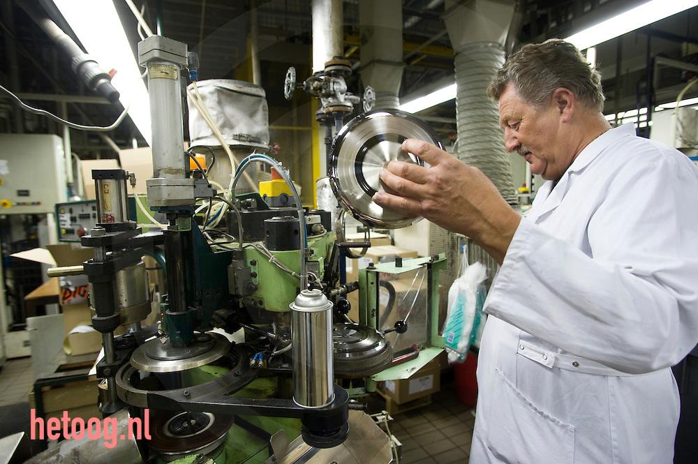 bij het bedrijf record industry haarlem in haarlem maakt men muziekdragers van vinyl (grootste ter wereld)