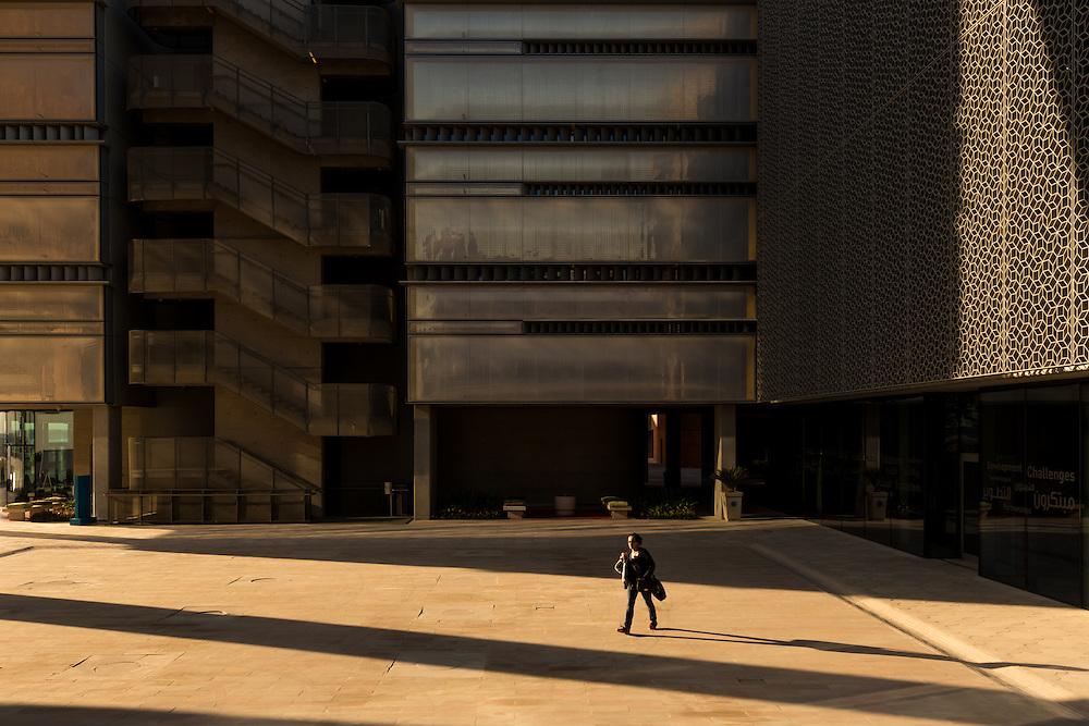 ABU DHABI, EMIRATS ARABES UNIS - 19 JANVIER 2016: Lumière de fin de journée sur Masdar City. Les façades des bâtiments sont conçues de manière à isoler les intérieurs de la chaleur directe du soleil et à contrôler l'infiltration de l'air chaud et humide.