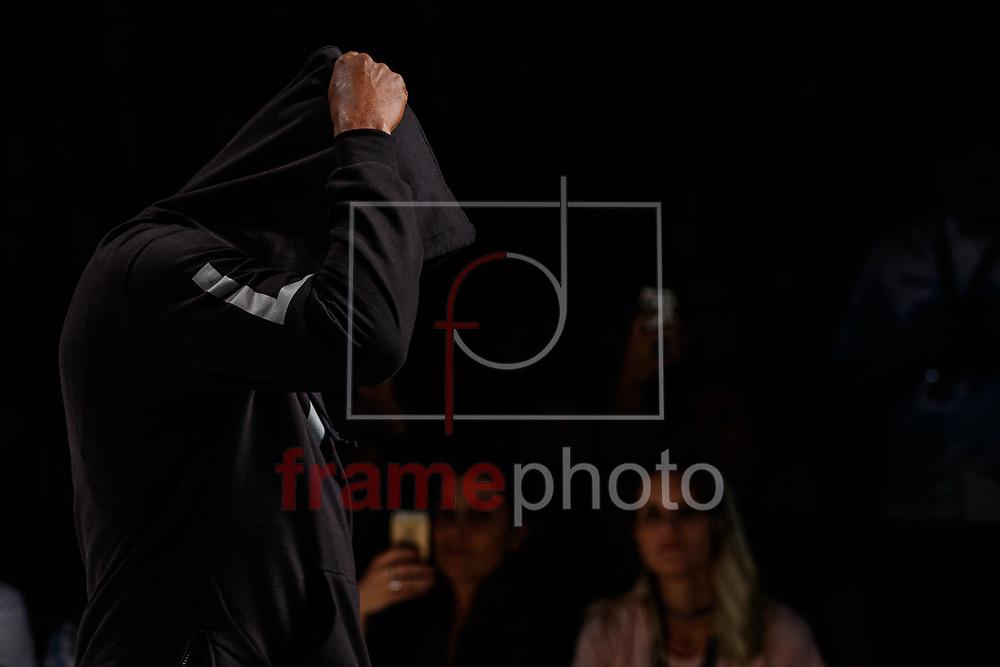 """O cantor Seu Jorge desfila para a marca LAB na 42a edicao da Sao Paulo Fashion Week, na Sala Ibirapuera localizada dentro do Parque do Ibirapuera, em Sao Paulo, na noite desta segunda-feira (24/10). A grife pertence ao rapper Emicida e ao seu irmao Evandro Fioti, a colecao tem inspiracao no """"samurai negro"""" Yasuke, da cultura oriental, mesclada com a cultura africana. As pecas tem estampas de origamis e ideogramas japoneses combinadas com letras de musicas de Emicida. Foto: Marcello Fim / FrampePhoto"""