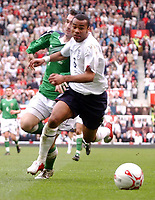 Fotball<br /> VM-kvalifisering<br /> England v Nord Irland<br /> 26. mars 2005<br /> Foto: Digitalsport<br /> NORWAY ONLY<br /> England's Ashley Cole and Northern Ireland's Keith Gillespie battle for the ball